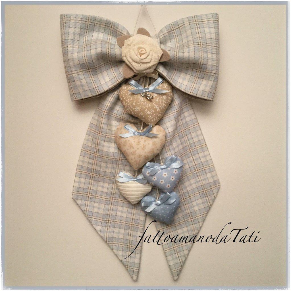 Fiocco nascita in cotone scozzese azzurro con rosa di lino bianco e 5 cuori