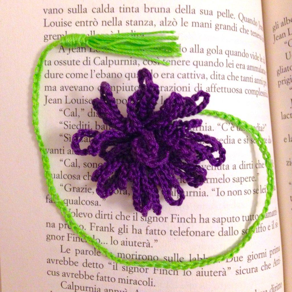 Segnalibro con fiore astra viola e nappina verde, fatto a mano all'uncinetto, per lettrici amanti dei fiori
