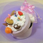 Bomboniera battesimo o comunione, scatolina decorata panna e dolcetti in fimo