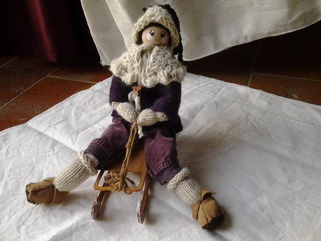 bambola con lo slittino