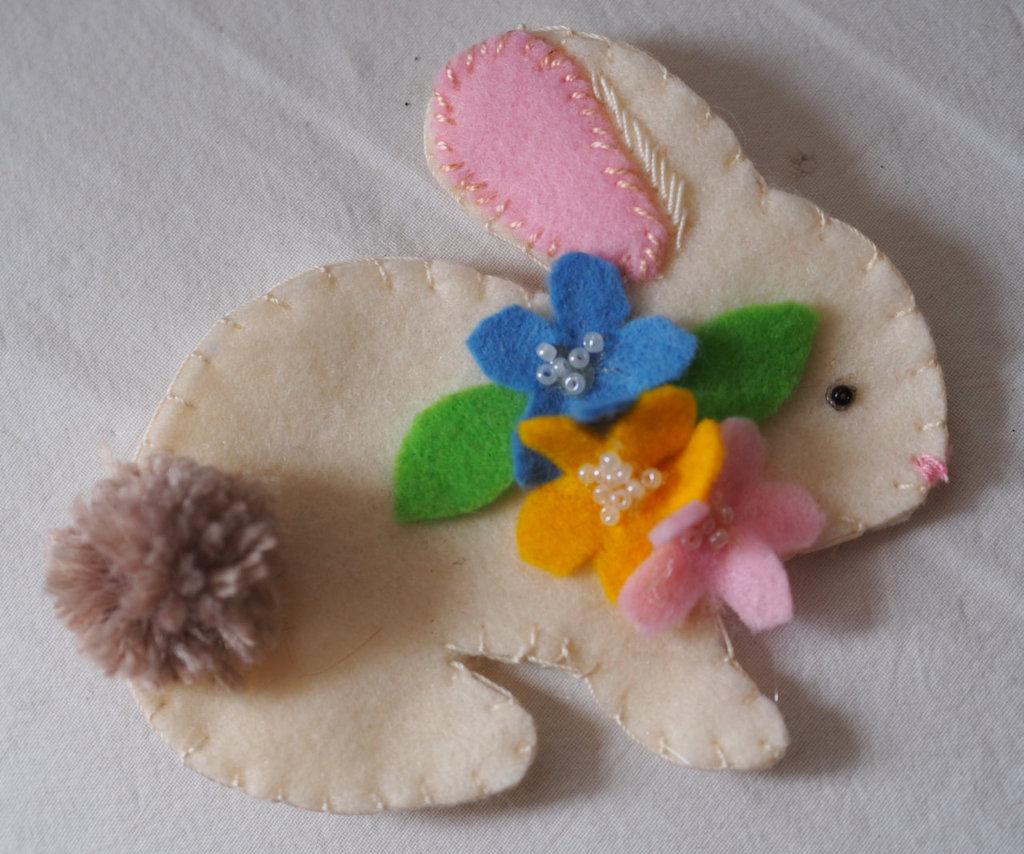Il mio tenero coniglio di primavera/Pasqua con collare di fiori e perline.Feltro color crema.Fatto a mano.Bomboniera,Spilla,Gioco.