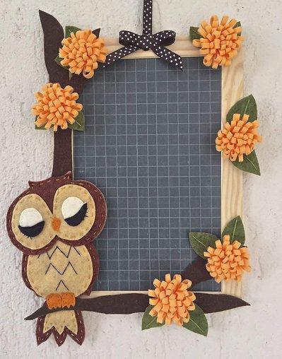 Lavagna di ardesia decorata con gufo in feltro e fiori