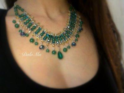 Collana con pietre dure e cristalli sui colori del verde smeraldo