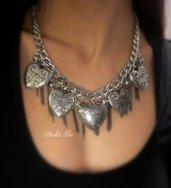 Collana color argento con cuori e catene