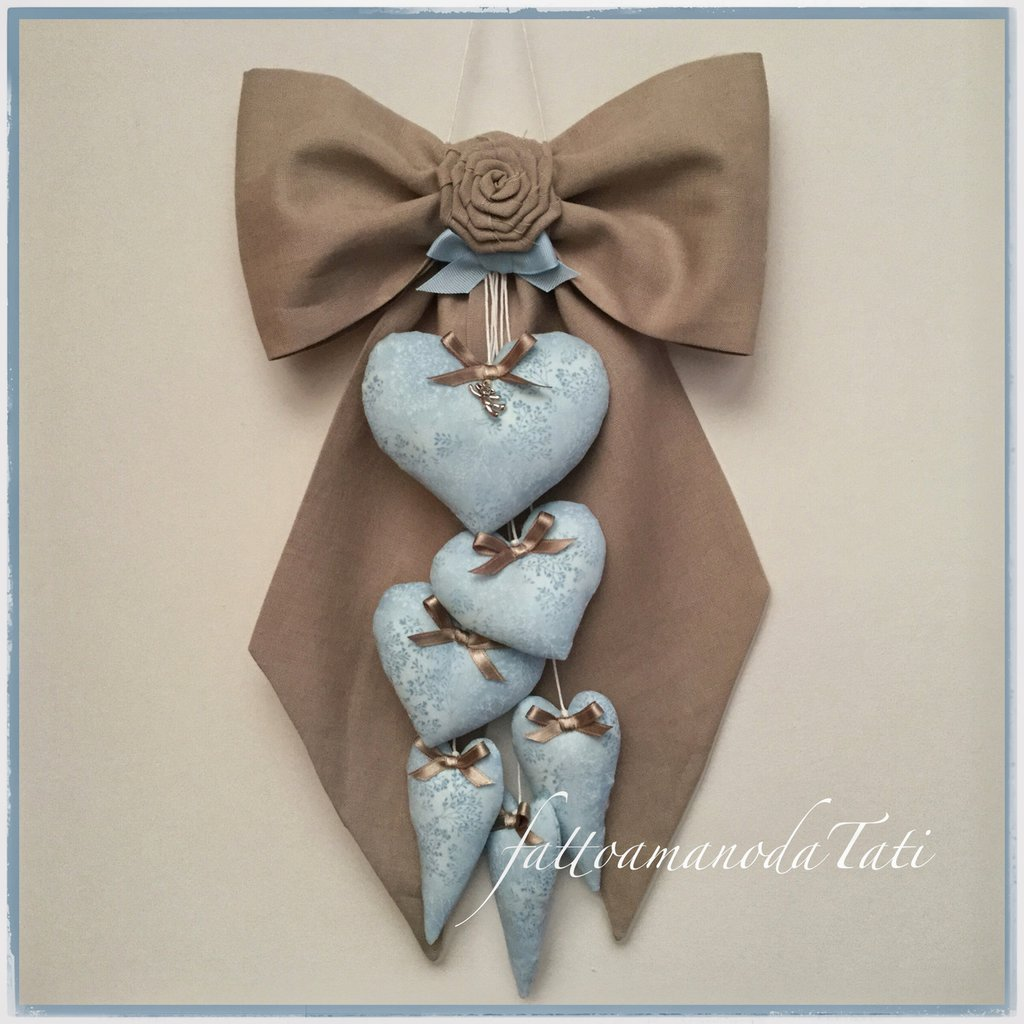 Fiocco nascita in puro lino color sabbia con 6 cuori azzurri