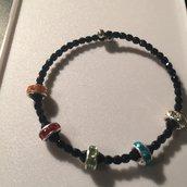 Bracciale perline nere e anelli colorati