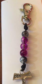 Portachiavi con perline colorate e croce
