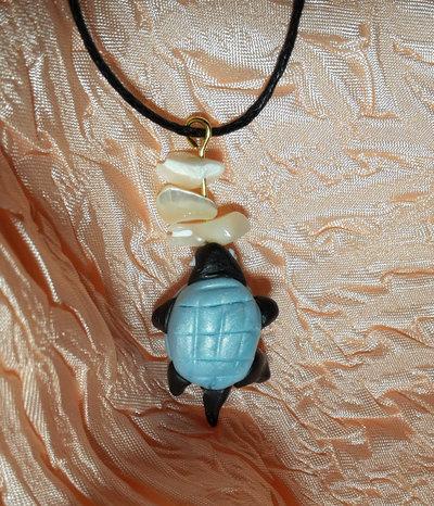 Ciondolo: Tartaruga portafortuna azzurra con dentini di madreperla