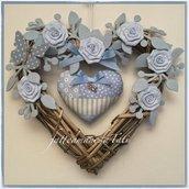 Cuore/fiocco nascita in vimini con roselline azzurre e cuore patchwork
