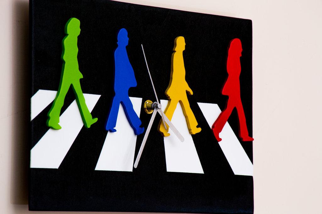 Orologio in legno da parete The Beatles Abbey Road, fatto a mano, con sfondo nero e personaggi colorati