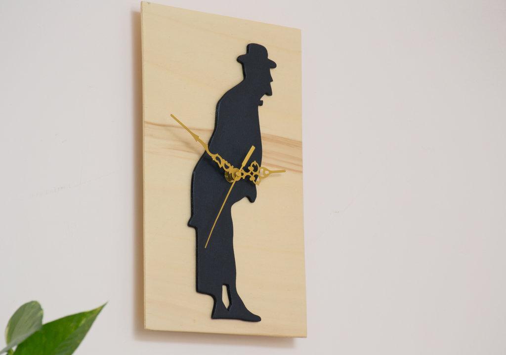 Orologio in legno da parete Totò, fatto a mano, con sfondo color legno naturale e personaggio nero