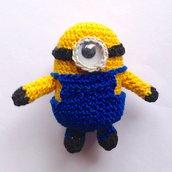 Piccolo Minion amigurumi del film Cattivissimo me, con vestito removibile, fatto a mano all'uncinetto