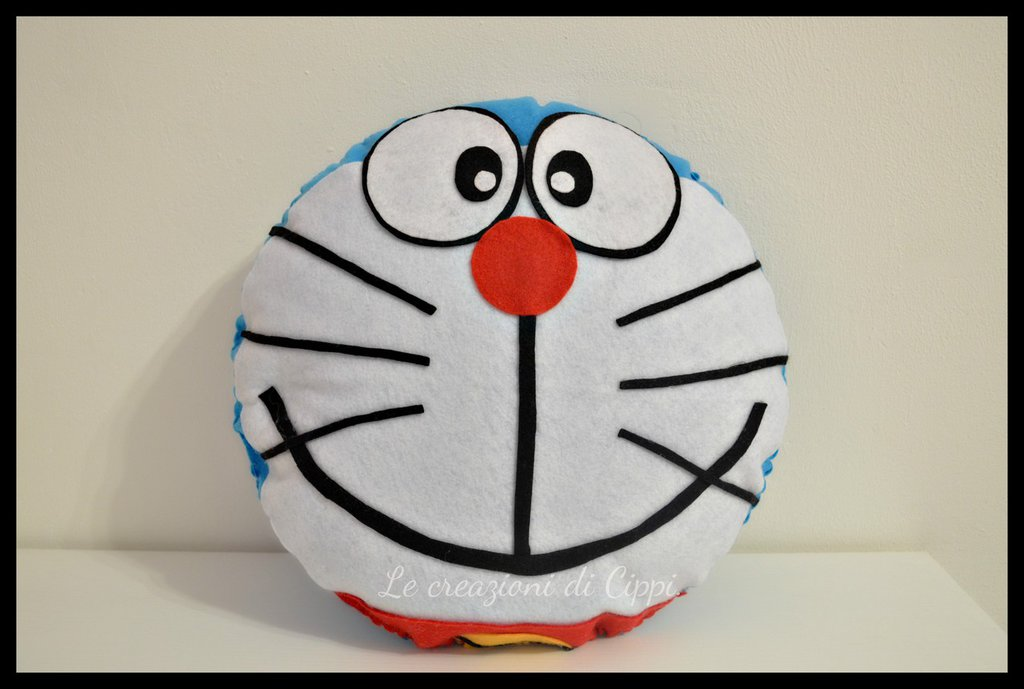 Cuscino Doraemon kawaii in pannolenci fatto a mano.