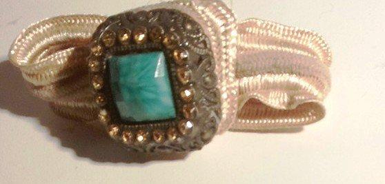 Bracciale parure della quale trovate qui anello e spilla con nastro in cotone elasticizzato e cabochon in pietra sintetica montato su base squadrata in metallo