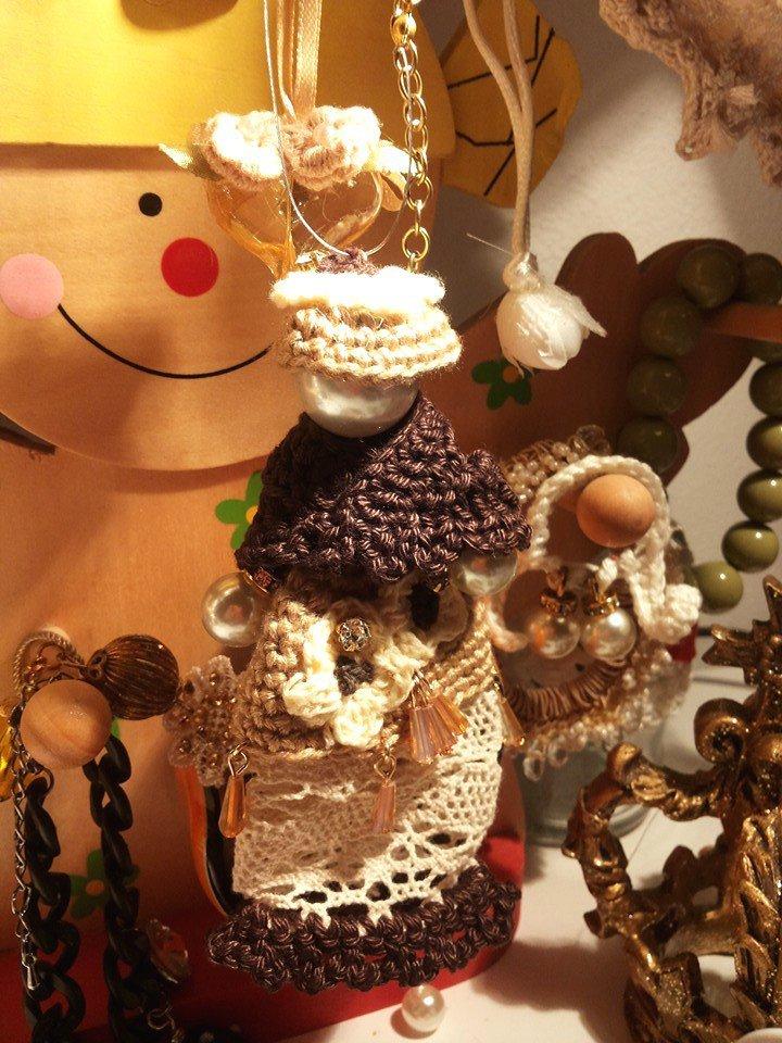 Bambolina ciondolo per collana fatta a mano con cappello gonna e mantella lavorati ad uncinetto