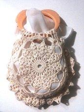 Borsetta in stile shabby fatta a mano ad uncinetto con due cuori rosa tempestati di piccoli strass come manici