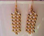 Orecchini eleganti con perline dorate e panna