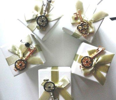 Bomboniere scatoline con chiavine metallo oro e argento con piccoli ciondoli per comunione cresima o matrimonio