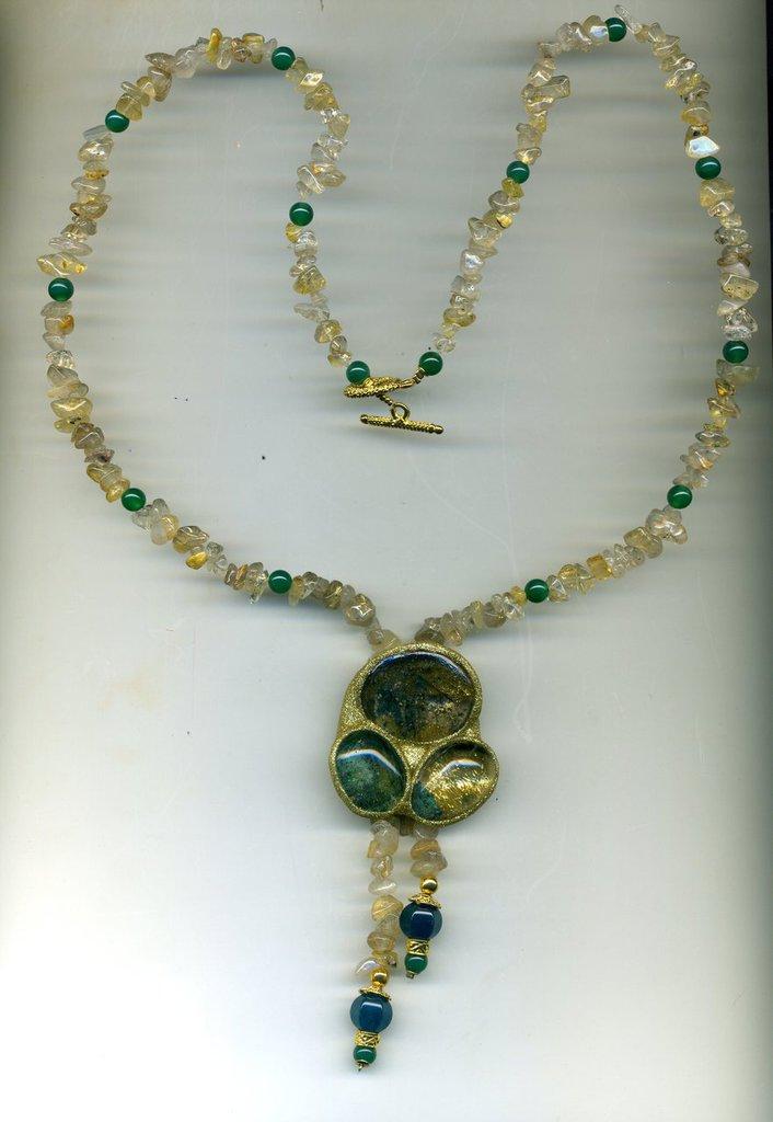 Collana con grande pendente in quarzo fantasma dore' e verde