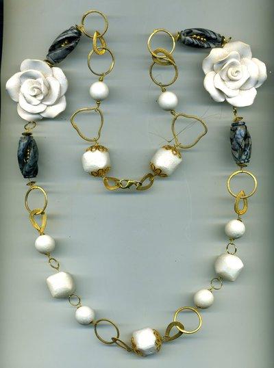 Collana a catena dorata con rose bianche e diaspro striato grigio