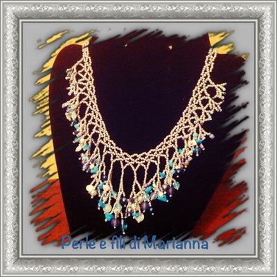 Collana a cascata con perline e varie misure di perle di vetro e cristalli