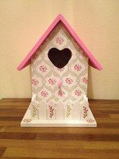 Casa per uccelli in legno lavorata completamente a mano