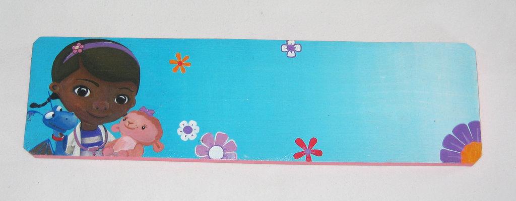 Base in legno decorata per nomi soggetto Dottoressa Peluche (Dotty), pezzo unico