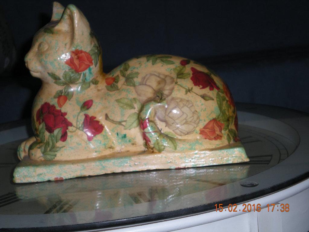 gatto in ceramica decorato