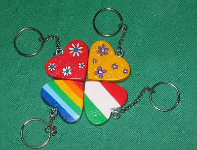 Portachiavi in legno - PACE - ITALIA - PRIMAVERA pitturati a mano a forma di cuore.