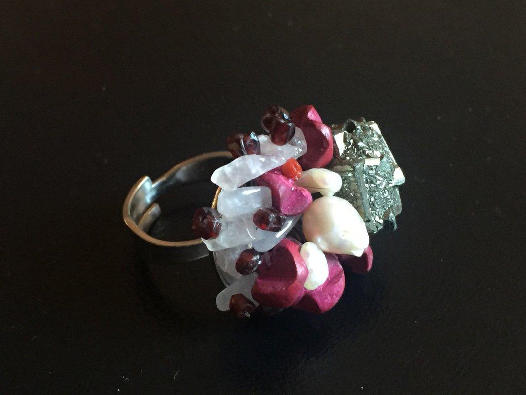 Anello di pietre dure, pirite, perle di fiume e corallo fatto a mano