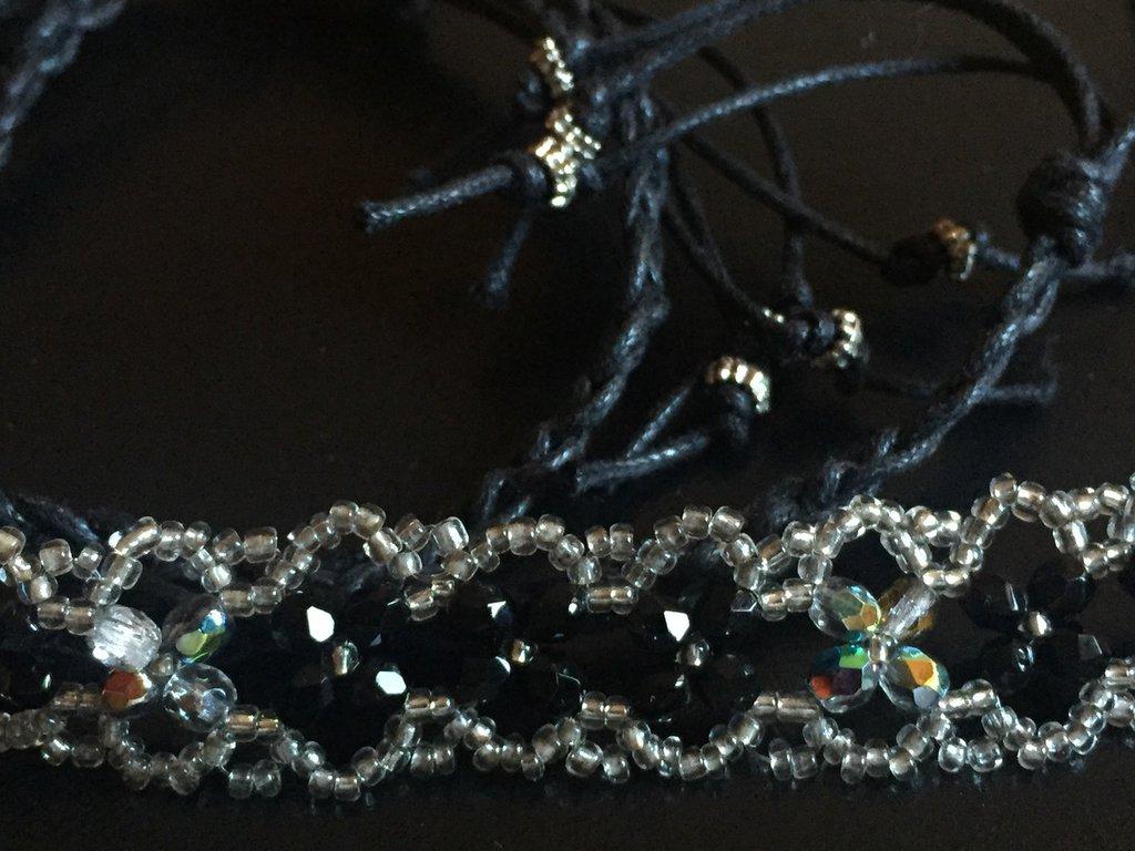 Strangolino fatto a mano in perline di vetro sfaccettate bianche e nere