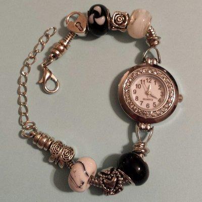 Bracciale metallo perle foro largo nero e bianco con orologio