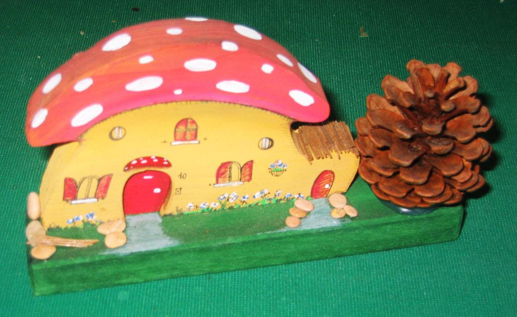 Casetta in miniatura FUNGO con capanna . Fatta interamente a mano. Ovviamente pezzo unico!