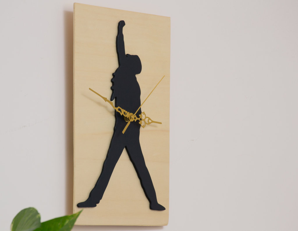Orologio in legno da parete Freddie Mercury, fatto a mano, con sfondo color legno naturale e sagoma nera