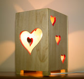 Lampada in legno da tavolo, fatta a mano, con disegni lavorati al traforo - Lampada Cuore