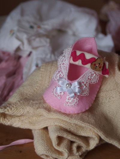 Scarpa/bimba in feltro rosa.Pizzo,passamaneria,raso,perla,bottone in legno (cuore).Decorazione ,bomboniera (nascita-battesimo).Idea Regalo