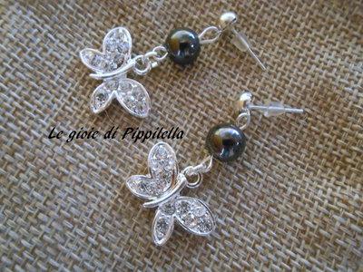 Orecchini pendenti con perla di ematite e farfallina di strass, idea regalo.