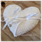 Cuscino per fedi a forma di cuore in lino bianco con pizzo bianco