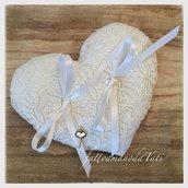 Cuscino per fedi a forma di cuore in lino bianco con pizzo color avorio