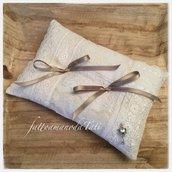 Cuscino per fedi shabby chic in lino bianco con patchwork di pizzi vintage