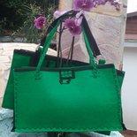 Borsa shopper in feltro verde lavorata a mano con decori neri.