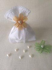 Sacchetto per confetti in sangallo  bianco con merletto in cotone e fiore in chiffon