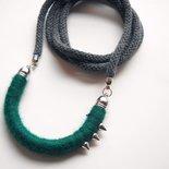 Collana lunga con borchie MilleChiodi- ciondolo mezzaluna in lana color Verde Smeraldo e cordoncino in cotone color grafite