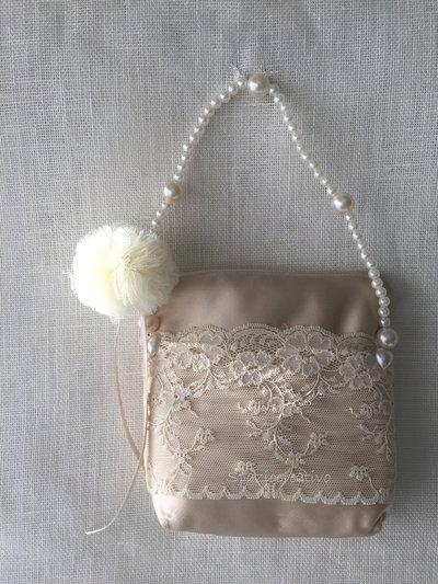 Borsetta in raso e merletto con manico in perle