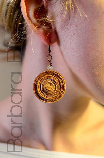 Orecchini a spirale sui toni del marrone e oro in pasta polimerica.