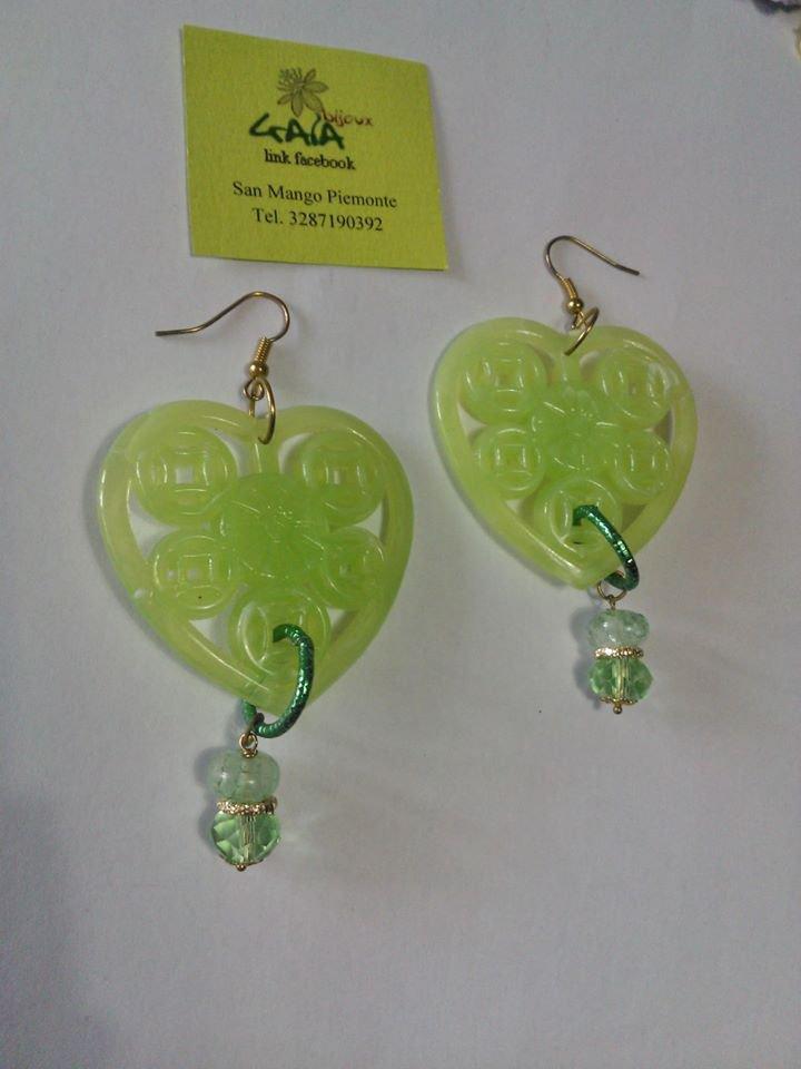 Orecchini con cuore verde acido in resina, due pendenti in acrilico