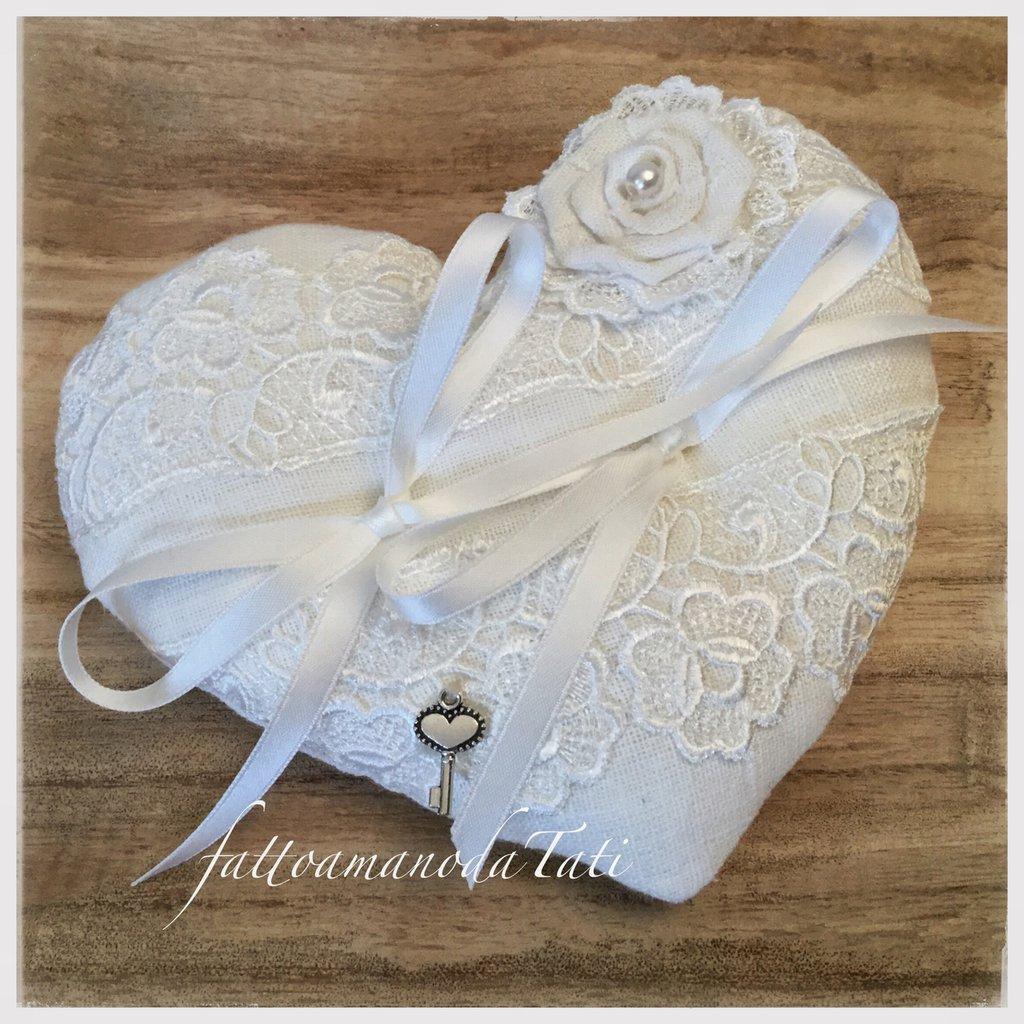 Cuscino per fedi a forma di cuore in lino bianco e pizzo con rosellina