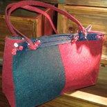 Borsa shopper in feltro rossa e blu fatta a mano con decori.