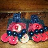 Orecchini pendenti di feltro blu-rosso e decori lavorati a mano.