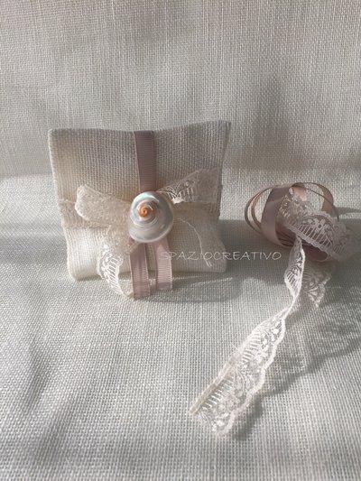 Sacchetti per confetti a busta in lino tramato con merletto e conchiglia